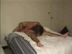Скрытая камера снимает парочку любовников трахающуюся в постели после 69 позы