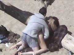 Зрелая развратница на пляже отдалась перед скрытой камерой любовнику