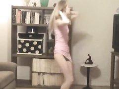 Француженка танцует домашний стриптиз и оголившись призывает смотреть на её упругую и подтянутую фигуру
