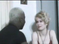 Грудастой зрелой блондинке в чулках вставили в волосатую щель