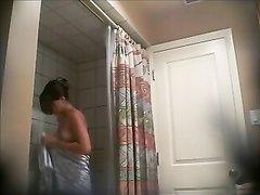 Любительское подглядывание за шикарной молодой кокеткой в ванной комнате