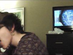 В отеле зрелая шлюха сделала домашний минет с окончанием на лицо