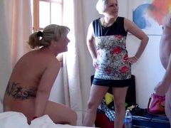 Любительский секс втроём развратника со зрелыми лесбиянками делающими куни
