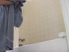 Домашнее подглядывание за молодой девушкой бреющей киску в ванной