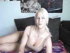 Реальная любительская мастурбация немецкой блондинки перед вебкамерой