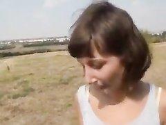 Минет и домашнее окончание на лицо блудницы отсосавшей член в поле