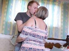 Минет и любительское окончание на большие сиськи зрелой блондинки