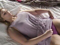 Грудастая пышка снимает нижнее бельё и мастурбирует дырку до оргазма