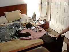 В спальне домашняя скрытая камера снимает молодую девушку в трусиках
