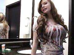 Шикарная и красивая домохозяйка возле вебкамеры оголила большие сиськи