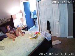 Домашняя мастурбация зрелой развратницы перед скрытой камерой