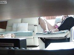 Мастурбация возбуждённой зрелой домохозяйки перед скрытой камерой