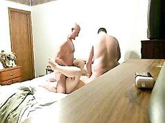 Скрытая камера в упор снимает домашний секс втроём с двумя милыми женщинами