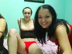 Перед вебкамерой домашний секс втроём с двумя молодыми лесбиянками