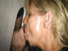 Минет от блондинки сделан незнакомцу в домашнем порно через дырку в стене